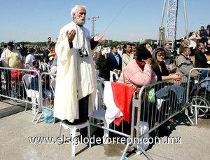 Esta misa además tiene la particularidad de que es oficiada en portugués, una lengua que el Papa ha usado desde que puso el pie en suelo brasileño, lo que ha sido recibido muy positivamente por los fieles.