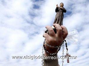 Miles de ciudadanos pasaron la noche en vigilia en el Campo de Marte, el aeródromo en la ciudad de Sao Paulo donde se celebró esta misa, a la que asisten también numerosos católicos de otros países latinoamericanos que han viajado a Brasil para la visita pastoral del Papa.