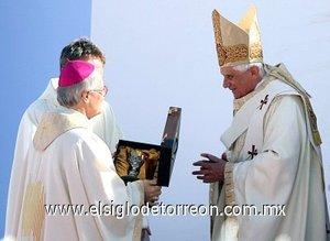 La historia del fraile, a quien la Iglesia atribuye un primer milagro en 1990 por la curación de una niña en Sao Paulo, fue leída durante la ceremonia por el cardenal portugués José Saraiva, prefecto de la Congregación de la Causa de los Santos.