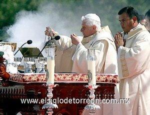 En la misa, oficiada en el aeródromo Campo de Marte y concelebrada por 400 obispos brasileños, el Papa precisó que a partir de el nombre Antonio de Santa Ana Galvao, será incluido en la lista de santos de la Iglesia católica y autorizó que sea devotamente honrado entre los santos.