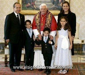 Lo que parecía ser una audiencia cotidiana para el Papa Benedicto XVI, se tornó en un cálido encuentro, sobre todo por la efusividad de María, Luis Felipe y Juan Pablo, los tres pequeños hijos de la familia Calderón Zavala.