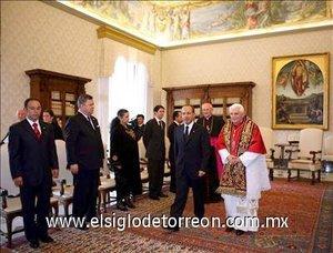 Los hombres vestían trajes oscuros y las damas faldas o vestidos negros; a medida que iban saludando al Papa éste les entregaba una medalla conmemorativa de su pontificado y les dirigía unas breves palabras.