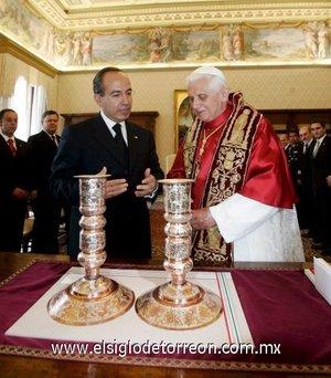 En nombre del pueblo de México, el presidente Calderón llevó dos candelabros de cobre labrados a mano en Quiroga, Michoacán, su estado natal.