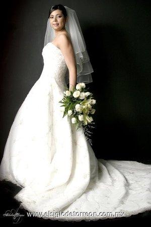 Q.F.B. Rosa Elena Gutiérrez Tajoya, el día de su enlace matrimonial con el Ing. Vicente García Rosas.-   <p> <i>Aldaba & Diane.</i>
