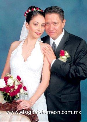 Tras cuatro años de feliz matrimonio civil, el Ing. Jonathan López Hernández y la Lic. María Esther Borque Borque recibieron la bendición nupcial en la ciudad de Matamoros, Tamps., el 18 de agosto de 2006.