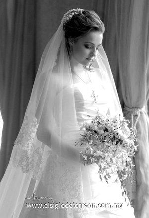 L.A.F. Maty Espada Ruenes unió su vida en el Sacramento del Matrimonio a la del L.E. Ricardo Solana Cagigas.-   <p> <i>Maqueda</i>