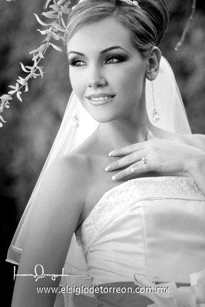 Srita. Liliana Torres Romero, el día de su boda con el Sr. César A. de la Maza Carreón.-   <p> <i>Laura Grageda</i>