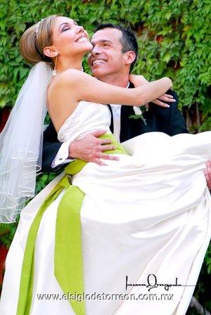 Sr. César A. de la Maza Carreón y Srita. Liliana Torres Romero contrajeron matrimonio en la parroquia de La Sagrada Familia, el sábado cinco de mayo de 2007.  <p> <i>Laura Grageda</i>