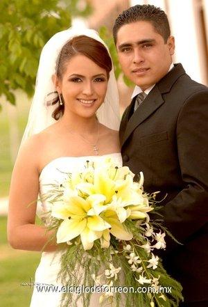 Sr. César Ricardo Pérez Berruecos y Srita. Brenda Olivia González Fernández contrajeron matrimonio en la parroquia de Nuestra Señora de la Encarnación, el sábado cinco de mayo de 2007.  <p> <i>Maqueda</i>