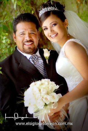 Sr. José Antonio Jáquez Santana y Srita. Gabriela Montserrat Muñoz Rodríguez recibieron la bendición nupcial en la parroquia de San José, el sábado cinco de mayo de 2007. <p> <i>Laura Grageda</i>