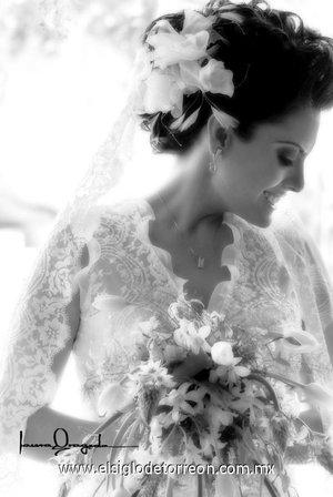 Srita. Julieta Elizabeth Alarcón Corral el día de su boda con el Sr. José Saúl Padilla Martínez.- <p> <i>Laura Grageda</i>