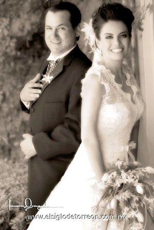 Sr. José Saúl Padilla Martínez y Srita. Julieta Elizabeth Alarcón Corral contrajeron matrimonio en la parroquia de La Sagrada Familia, el pasado sábado 28 de abril de 2007. <p> <i>Laura Grageda</i>