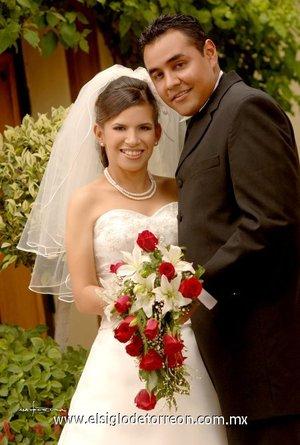 Sr. Julio César Antuna Lara y Srita. Griselda Ortiz Sánchez contrajeron matrimonio en la parroquia del Santo Cristo el sábado cinco de mayo de 2007.  <p> <i>Maqueda</i>