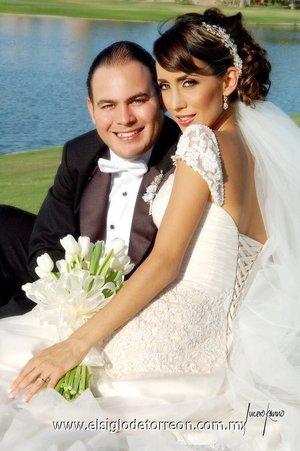 Sr. Mario Cruz García de Alba y Srita. Esther E. Domínguez Zarzar contrajeron matrimonio en la parroquia de La Inmaculada Concepción el sábado 12 de mayo de 2007.  <p> <i>Lucero Kanno</i>