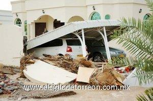 El ciclón dejo vehículos volcados, de distintos tipos y tamaño, incluídos camiones cisternas.