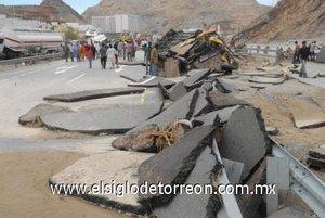 Las vías de acceso fueron destruídas por las fuertes rachas de viento.