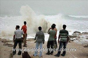 Varias carreteras de la zona se quedaron dañadas por las olas que alcanzaron 12 metros de altura.