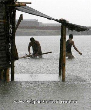 Los servicios meteorológicos, que han culpado de las tormentas al cambio climático, prevén  lluvias entre moderadas y fuertes, acompañadas en algunos puntos por fuertes vientos.