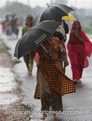 El agua sobre las carreteras ha obligando a la gente a abandonar la ciudad caminando, en vehículos particulares y autobuses.