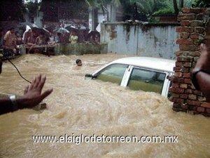Mientras, en la capital del país, Dacca, numerosas tiendas y casas sufrieron daños por las inundaciones a raíz de una fuerte tormenta que duró seis horas.