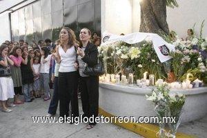 Padres de familia llegaron por la mañana al lugar en donde dejaron flores,   prendieron veladoras y oraron en memoria de la profesora Carla María Jiménez.