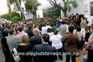 Con una misa, aplausos y flores, amigos, familiares, alumnos y padres de familia despidieron a la directora Karla Jiménez.