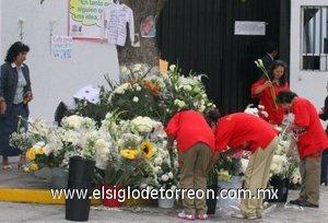 Las manifestaciones de cariño la profesora,  continúan pues han sido colocadas más flores,  veladoras,  imágenes y ropa de niños en el altar que se encuentra afuera del plantel.