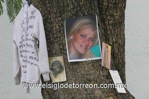 La imagen fotográfica de la directora de preescolar Carla María Jiménez Baños fue puesta en el improvisado altar a las afueras del colegio The Churchill School donde fue asesinada por un padre de familia.