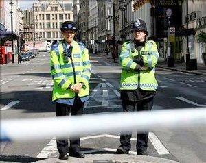 Los agentes de seguridad llegaron al distrito de The Haymarket, al sur de Piccadilly Circus, después que el personal de una ambulancia vio que salía humo de un automóvil estacionado frente al edificio.