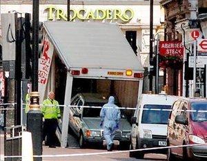 Las primeras fotografías del Mercedes de color verde claro metalizado mostraron un envase con gas propano cerca del vehículo. La puerta trasera estaba abierta. El automóvil fue sacado del área después que la Policía desactivó los explosivos.