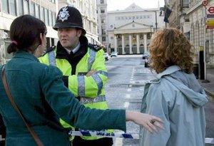 La Policía británica desactivó dos coches bomba en Londres, uno de ellos en un popular distrito de teatros y clubes nocturnos y el otro en la zona de Hyde Park, en el centro de la capital.