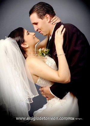 Srita. Lucero Saracho Morales y Sr. Mauro Gilberto Salazar Zermeño contrajeron matrimonio en la parroquia Los Ángeles, el sábado 24 de marzo de 2007.  <p> <i>Estudio Morán.</i>