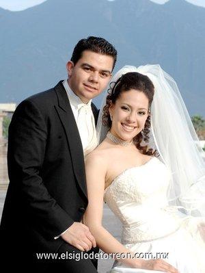 Dr. Daniel Sotomayor Moreno y Dra. Cynthia Thapa Flores unieron sus vidas en sagrado matrimonio en la parroquia del Sagrado Corazón de Jesús en la ciudad de Monterrey, N.L., el 31 de marzo 2007 <p> <i>Estudio Ramón Sotomayor Covarrubias.</i>