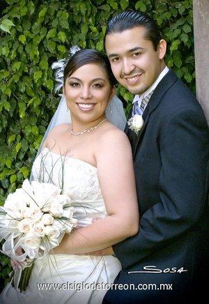 Dr. Carlos Alberto Sotoluján Ríos e Ing. Adriana Margarita Miranda Lara contrajeron matrimonio en la parroquia de San Pedro Apóstol, el sábado cinco de mayo de 2007. <p> <i>Studio Sosa.</i>