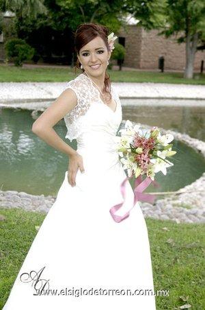 2a Ing. Cristina Irene Chavira García, el día de su boda con el Ing. Luis Daniel Cisneros Reyes. <p> <i>Estudio Aldaba & Diane.</i>