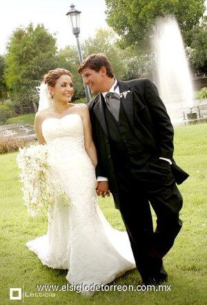 Sr. Mario Enrique Vázquez Porras y Srita. Martha Monsiváis Pamplona unieron su vida en matrimonio el sábado nueve de junio de 2007, en el altar de la Parroquia de Nuestra Señora de la Encarnación.  <p> <i>Estudio Letticia.</i>