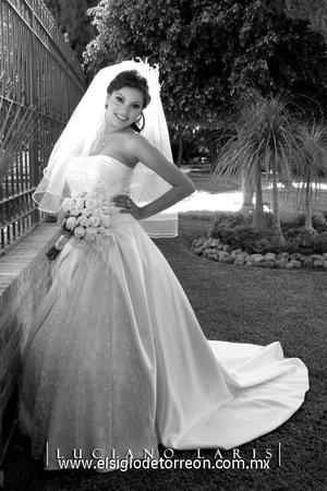 Srita. Karyna Sandoval Ortega, el día de su enlace nupcial con el Sr. Roberto Carlos Veloz Sandoval. <p> <i>Estudio Luciano Laris.</i>