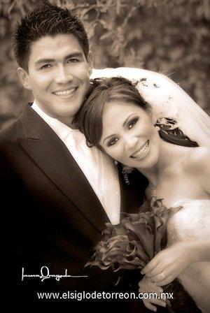 Sr. Felipe de Jesús Villalobos Rubalcaba y Srita. Beatriz Flores Muñoz unieron sus vidas en matrimonio,  en la parroquia de San Pedro Apóstol el sábado 19 de mayo de 2007.  <p> <i>Estudio Laura Grageda.</i>