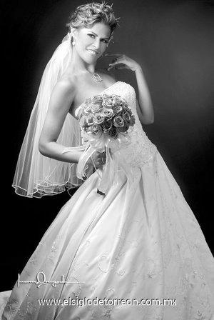 Lic. Angélica Briseida Castillo Villarreal, el día de su boda con el Ing. Keith William Clark. <p> <i>Estudio Laura Grageda.</i>