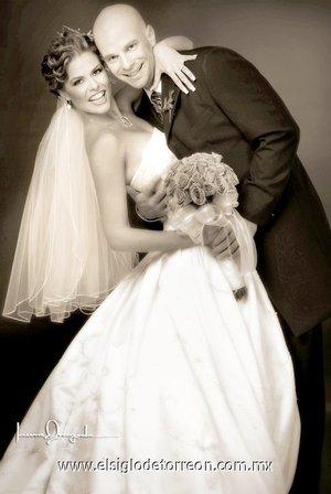 Ing. Keith William Clark y Lic. Angélica Briseida Castillo Villarreal unieron sus vidas en sagrado matrimonio, el sábado 26 de mayo  en la parroquia de San Pedro Apóstol. <p> <i>Estudio Laura Grageda.</i>