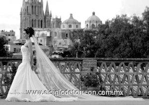 La señorita Magdalena Navarro Enríquez, el día de su enlace matrimonial con el señor Raúl Roberto Berlanga Ríos. <p> <i>Estudio Carlos Maqueda.</i>