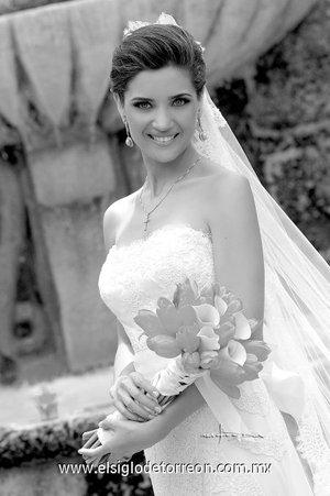 Srita. Sofía Acosta Berrueto, el día de su boda con el Sr. Roberto Murra Zarzar. <p> </p> <i>Estudio Carlos Maqueda.</i>