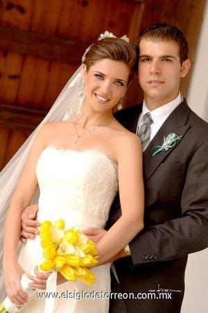 Sr. Roberto Murra Zarzar y Srita. Sofía Acosta Berrueto recibieron la bendición nupcial en la capilla de Casa Madero de Parras, Coah., el sábado 19 de mayo de 2007.  <p> </p> <i>Estudio Carlos Maqueda.</i>