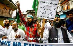 La policía india detiene a los protestantes del grupo separatista.
