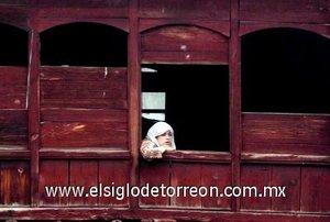 Un mujer observa las celebraciones del Día de los Mártires desde su casa en Srinagar