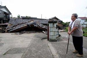 Las sirenas de los bomberos se escucharon en la ciudad de Kashiwazaki, donde inmuebles antiguos quedaron reducidos a madera y escombros.