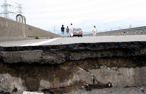Un sismo de 6.8 grados de magnitud sacudió  la costa noroccidental de Japón y al menos ocho personas murieron y cientos resultaron heridas.