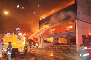La colisión provocó un incendio de grandes proporciones, que no llegó a alcanzar los depósitos de una estación de gasolina adyacente, algo que habría causado un desastre mucho mayor.