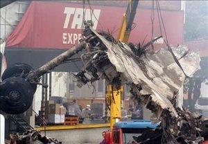 Los bomberos ya han descartado la posibilidad de encontrar sobrevivientes tanto en los restos del avión calcinado como en la edificio contra el que colisionó.
