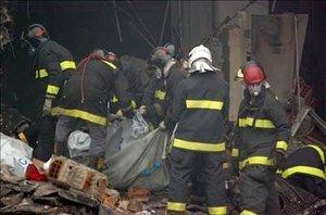 Los grupos de rescate trabajaban en medio de escombros, hierros retorcidos y calcinados.